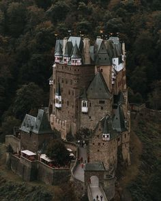 Captured near to Courtyard Cologne. Eltz Castle is one of the places that seem to be out of this world. Until you see it with your own eyes. This 800 year old castle inspires dreams of knights kings and queens in everyone that sees it. The best thing: you can reach it in about one hour from your @courtyardhotels in CologneMore on: www.regnumsaturni.com Prints: www.society6.com/regnumsaturni #landscape #travel #nature #explore #outdoors #wanderlust #fernweh #photography