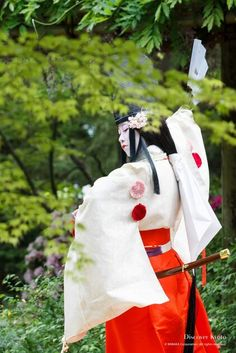 A Shirabyoshi dancer dressed in kariginu performing at a Gokusui no En poetry party Heian Era, Heian Period, Traditional Fashion, Traditional Art, Japanese Celebrations, Shrine Maiden, Memoirs Of A Geisha, Japanese Costume, Asian Love