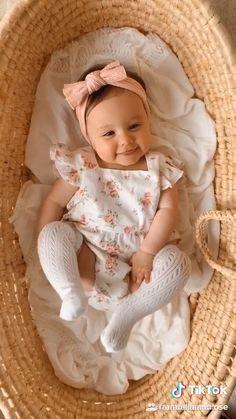 Cute Newborn Baby Girl, Baby Girl Romper, Cute Babies, Newborn Girl Outfits, Cute Baby Girl Pictures, Baby Girl Photos, Baby Monat Für Monat, Monthly Baby Photos, Cute Little Baby