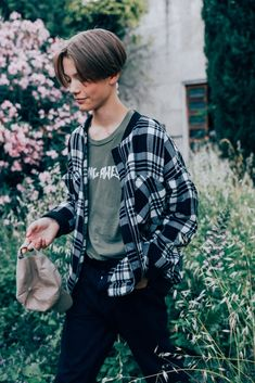 53 Ways To Ace Summer Style Right Now The Best Street Style at Pitti Uomo Photos Gq Style, Mode Style, 90s Style Men, Fashion Guys, Fashion Models, Mens Fashion, Fashion Outfits, Indie Outfits, Grunge Outfits