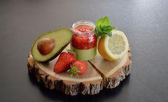 Recette bébé tartare de fraises menthe citron sur crème d'avocat citronnée pour bébé (Dès 12 mois). Un petit pot maison pour bébé original et plein de goût et de saveur !