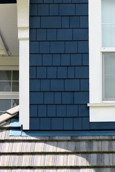 I'm in love with dark navy houses right now (a tad darker than the photo) & shingle siding - LOVE THAT House Siding, Exterior Siding, Exterior House Colors, Lake Houses Exterior, Navy Blue Houses, House Painting, Paint Colors For Home, Blue Siding, House Exterior Blue