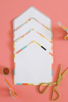 Upgrade plain letters with these very simple DIY washi tape lined envelopes that add a pretty pop of color in just minutes! Washi Tape Cards, Washi Tape Diy, Masking Tape, Diy Stationery Set, Card Making Tips, Diy Cards, Handmade Cards, Paper Tape, Card Envelopes