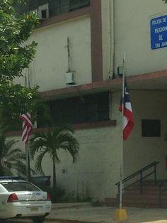 Cuartel de la policía de Puerta de Tierra (12:16pm) las banderas estan bien colocadas y en buen estado.