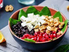 Insalata di riso nero con feta, noci e melograno: la ricetta dell'insalatona con riso venere ricca di nutrienti e di gusto
