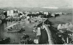 Η σιδηροδρομική γραμμή από τον Κούλε του λιμένος Ηρακλείου Κρήτης πήγαινε έως το λατομείο Εσταυρωμένου στον Ξηροπόταμο,μετρικού εύρους και μήκους 6 χιλιομέτρων, εντός της πόλεως του Ηρακλείου, λειτούργησε από το 1922 έως το 1937,είχε χαρακτήρα βιομηχανικού σιδηροδρόμου και σκοπό τη μεταφορά λίθων για την κατασκευή του λιμανιού του Ηρακλείου. Heraklion Crete, Old Photos, Vintage Photos, Crete Island, Old Maps, Civil Engineering, Time Travel, New York Skyline, Greece