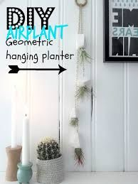 Make these simple and modern ge-shaped hanging planters to display airplants! All you need is some oven bake polymer clay, a knife and a chain, eyelet screws… Diy Hanging Planter, Glass Planter, Indoor Planters, Planter Ideas, Indoor Garden, Mason Jar Herbs, Mason Jar Herb Garden, Picture Frame Shelves, Winter Planter