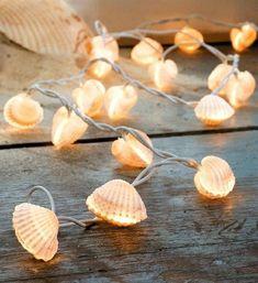 Was tun mit Muscheln - 60 faszinierende Fotos und Tutorials - # . - Que faire avec des coquillages – 60 photos et tutoriels captivants – Was tun mit Muscheln – 60 fesselnde Fotos und Tutorials – # Muscheln Seashell Art, Seashell Crafts, Beach Crafts, Diy And Crafts, Seashell Decorations, Seashell Garland, Wedding Decorations, Deco Marine, Light Garland