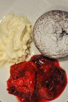 Lauwarme Schokoküchlein mit Zwetschgenröster - Bumblebee im Ketoland Keto, Mashed Potatoes, Grains, Muffin, Rice, Ethnic Recipes, Food, Mudpie, Food Food