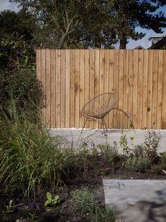 Eiken schutting in een natuurlijke tuin. Ontwerp en realisatie door De Peppels Tuinen. Oak garden fence in a natural garden
