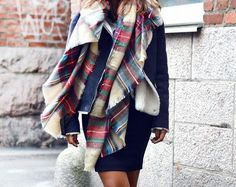 zara scarf is really making the rounds Mode Style, Style Me, Bcbg, Winter Looks, Looks Cool, Mode Inspiration, Pulls, Look Fashion, Plaid Scarf