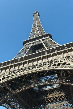 Kikkerperspectief van de Eiffeltoren van Rene du Chatenier