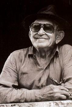 """Frases e pensamentos de Patativa do Assaré. Patativa do Assaré (1909-2002) foi um poeta popular, compositor, cantor e repentista brasileiro. É o autor do poema """"Triste Partida"""", musicado e gravado por Luiz Gonzaga."""