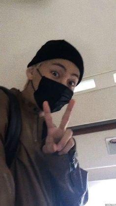 BTS Reactions — ~Taehyung's boyfriend looks ♡ Taehyung Selca, Jimin, Bts Selca, Daegu, Seokjin, Hoseok, Kpop, V Bts Wallpaper, Images Gif