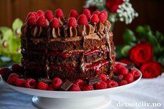 Sponset innlegg. Hei dere! Mai er måneden for festkaker, og i dag vil jeg tipse dere om en virkelig flott kake som har supergod smak av sjokolade og bringebær! Den gode smaken kommer av at jeg bruker ekte Freia Dronningsjokolade - kokesjokolade i både kakebunner, sjokoladekrem og som pynt. I tillegg er det viktig å bruke bringebærsyltetøy med ekstra høyt bærinnhold og friske bringebær til pynt. Smaken av friske bringebær i kombinasjon med virkelig god sjokolade er ganske så uslåelig… Frisk, Baking Recipes, Chocolate, Desserts, Cakes, Cooking Recipes, Tailgate Desserts, Scan Bran Cake, Schokolade