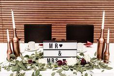 MR & MRS! <3 #lightbox #mrandmrs #flowers #blumendeko #hochzeitsblumen #hochzeitsfloristik #hochzeit #heiraten #wedding #whiteroses #weiß #burgunder #dahlien #rosen #eukalyptus #tischdeko #schriftzug #schriftbox #brauttisch #happy #copper #kupferflaschen #kerzenständer #kaffeetafel #hochzeitstafel #hochzeitstisch