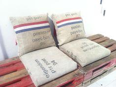 Kleed je bank stoer aan met #postzak kussens #DIY