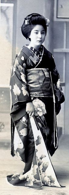 Maiko Girl Standing Another cut-down fragment of a postcard, showing the same Maiko girl as in the previous posting. I think that her kimono is lovely. Japanese History, Japanese Beauty, Japanese Culture, Vintage Photographs, Vintage Photos, Photo Japon, Samurai, Geisha Japan, Memoirs Of A Geisha