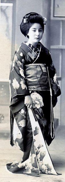 Maiko Girl Standing 1910s | Flickr - Photo Sharing!