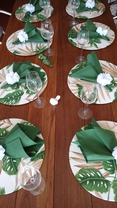 Compose your table with refinement ! Offer your guests an extra treat. S… - DIY Blumen Diy Crafts To Sell, Home Crafts, Table Set Up, Napkin Folding, Tropical Party, Decoration Table, Decoupage, Napkins, Table Settings