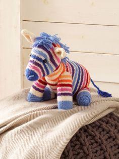 Regenbogen-Zebra Nora sucht ein neues Zuhause. Folgen Sie einfach unserer Strickanleitung und schon bald kann das Stricktierchen bei Ihnen