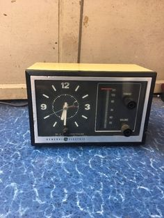 Vintage General Electric Alarm Clock Radio / 1970's / GE 7-4725 AM / Beige