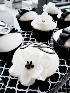 black and white party cupcakes Black And White Cupcakes, Black And White Theme, Black N White, Black White Parties, Black Party, Mini Cakes, Cupcake Cakes, Cup Cakes, Cupcake Ideas