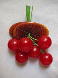 1940s Vintage BAKELITE Dangling Red CHERRIES Brooch Pin FRUIT di LesFakesdAntan su Etsy