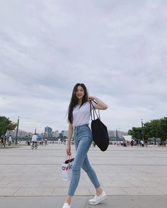 Skinny Blue Jeans Casual Ulzzang Korean Girl Outfit Style Not everyone is into the Korean style of Asian street fashion but some love their urban outfits, it Korean Girl Fashion, Korean Fashion Trends, Korean Street Fashion, Korea Fashion, Look Fashion, Ulzzang Fashion Summer, Fashion Guide, Korean Airport Fashion Women, Korean Fashion School