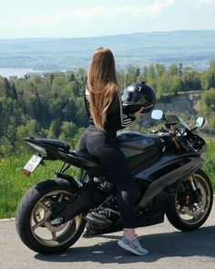 Motorcycle Couple Pictures, Bike Couple, Motorcycle Helmet Design, Motorbike Girl, Lady Biker, Biker Girl, Moto Yamaha R1, Honda Cb750, Moto Guzzi