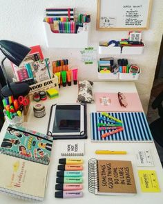 Beautiful desk organization Credits to the owner College School Supplies, School Supplies Organization, Study Organization, Cute School Supplies, Backpack Organization, Study Room Decor, Study Rooms, Study Areas, Study Space