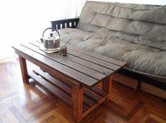 Mesa rústica hecha con maderas recicladas.