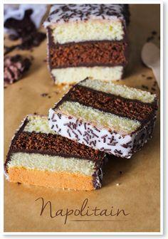 NAPOLITAIN facile Pour les gâteaux 250g de farine 200g de sucre en poudre 200g de beurre 1/2 sachet de levure 4 œufs 1/2 cuillère à café de poudre de vanille en poudre 2 cuillère à soupe de cacao  Pour la ganache 150g de chocolat noir 12cl de crème liquide  Pour le glaçage 160g de sucre glace Eau Vermicelles en chocolat