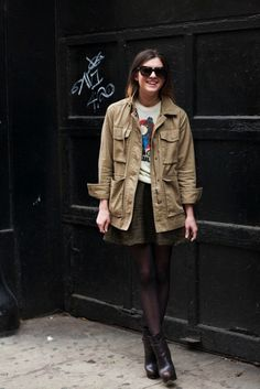 7 Edgy Ways To Wear Platform Boots : Utility jacket paired with a graphic tee, skater skirt, and chunky black boots Platform Boots Outfit, Diy Top, Estilo Grunge, Parka Style, Fashion Corner, Boating Outfit, Street Style Edgy, Winter Skirt, Silhouette