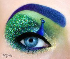 Ojo maquillado con pavo real