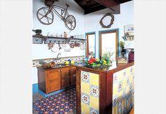 Ladrilhos hidráulicos ficam lindos quando usados como tapetes. Pode ser a composição de um mesmo desenho ou um patchwork de modelos diferentes. A bicicleta na parede dá o toque inusitado