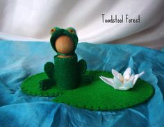Waldorf Frog Peg Doll and Lily Pad ~ Green Frog ~ Lily Pad Play Mat ~ Peg Animal ~ Wood Frog ~ Spring Summer Nature Table ~ Emerald Green