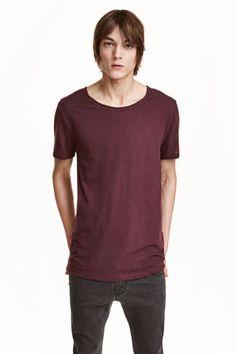 Tシャツ: スラブジャージー素材のTシャツ。ネックラインと袖口は切りっぱなし。バックにシームが入ったデザイン。