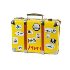 Valigetta gialla vintage che ritrae tutti i viaggi di Pippi. Facile da aprire e chiudere. In cartone pressato robustissimo con finiture e chiusura in metallo e legno.  Dimensioni: 35 x 24 x 12 cm.