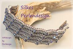 Das wellenförmige Design dieses Armbandes von Perldesign  hat mich auf den ersten Blick fasziniert.  Verwendet habe ich die versilberten Roc...
