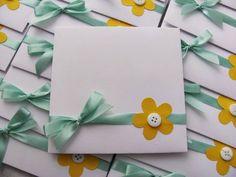 Envelopes decorados para CD. Pode ser usado para lembrança ou convite de anioversário. Confeccionado na cor branca e decorado com um laço de fita, flores e botões. Pode ser feito em outras cores e outras decorações. R$ 3,00