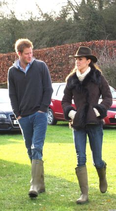 Kate Middleton wearing Le Chameau Vierzonord Wellington Boot in Green, L.Bennett Darwin Jacket, Temperley Honeycomb Jumper and Really Wild Clothing Outback Hat in Olive Prince Harry And Kate, George Of Cambridge, Catherine Cambridge, Kate Middleton Stil, Prinz Harry, Estilo Real, Wellington Boot, Princesa Diana, Prince William And Kate