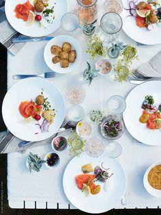 I helgen dukar vi självklart upp med lax, sill, ägg och allt annat som hör till midsommarlunchen! SKYN serveringsskål liten, SKYN serveringsskål mellanstor, SKYN tallrik, ÄTBART bestick, POKAL vinglas, VARDAGEN dricksglas, VARDAGEN tygservett och VARDAGEN glasburk med lock.