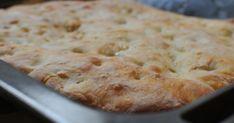 Az olasz konyha csodái a legegyszerűbb dolgokban rejlenek. Ilyen például ez a focaccia, ami egy szimpla lepénykenyér, mégis különleges, ha jól készül: kívül sül rá egy ropogós kéreg, belül viszont a hosszú, lassú kelesztéstől buborékos marad. Ciabatta, Quiche, Mashed Potatoes, Hamburger, Pie, Bread, Ethnic Recipes, Desserts, Food