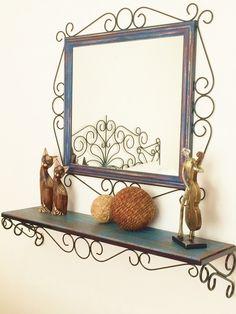 Conjunto de Moldura para espelho + aparador. <br>Produzido artesanalmente, com ferro e madeira. <br> <br>Aparador - 1,00 m x 0,25 cm (profundidade) <br>Base em ferro, fixada por parafusos. <br>Moldura - 0,80 x 0,80 cm (medida total) <br>Largura da moldura (ornatos e madeira) 15 cm <br>A pintura das madeiras é feita em pátina, estilo madeira de demolição. <br> <br>* ESPELHO NÃO INCLUSO, SOMENTE A MOLDURA. <br>* Prazo para confecção é de 20 dias úteis. <br>* Consulte outras cores para pintura…