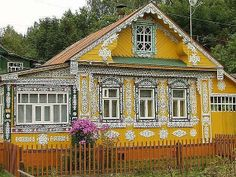 Резная изба Yellow Russian Cottage House