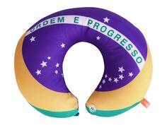 Almofada para Pescoço Bandeira Brasil - Essa almofada e um excelente apoio, com formato anatomico que se encaixa ao redor do pescoço e possui um botao para proporcionar maior estabilidade -  Dom Gato