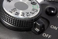 ON OFF d'appareil photo numérique à pousser autour d'un axe circulaire sur un dixième de tour.