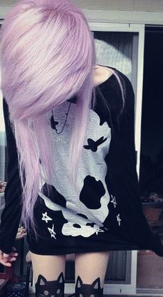 Purple scene hair, cat tights and an oversized shirt. Style Emo, Scene Style, Mode Emo, Soft Grunge Hair, Grunge Goth, Emo Goth, Pastel Grunge, Cute Emo Girls, Emo Scene Hair