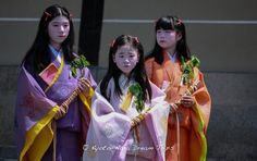 These young ladies are participating in the ancient Aoi festival (葵祭) in Kyoto, they are dressed in the style of the ancient Heian Court.